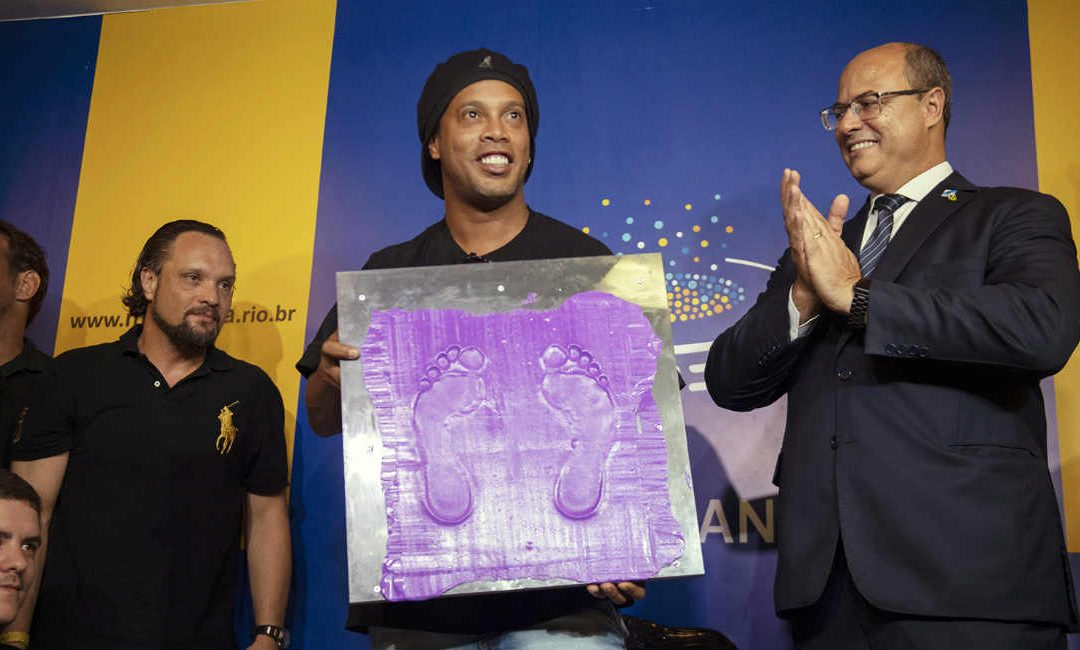 Ronaldinho honored at Rio's Maracana hall of fame